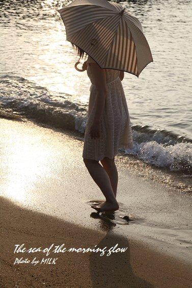 光る海と少女.jpg